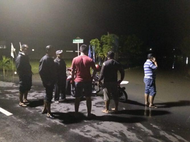 Hujan Deras, Banjir Menggenangi Jalan dan Perumahan Warga Kelurahan Tawangrejo