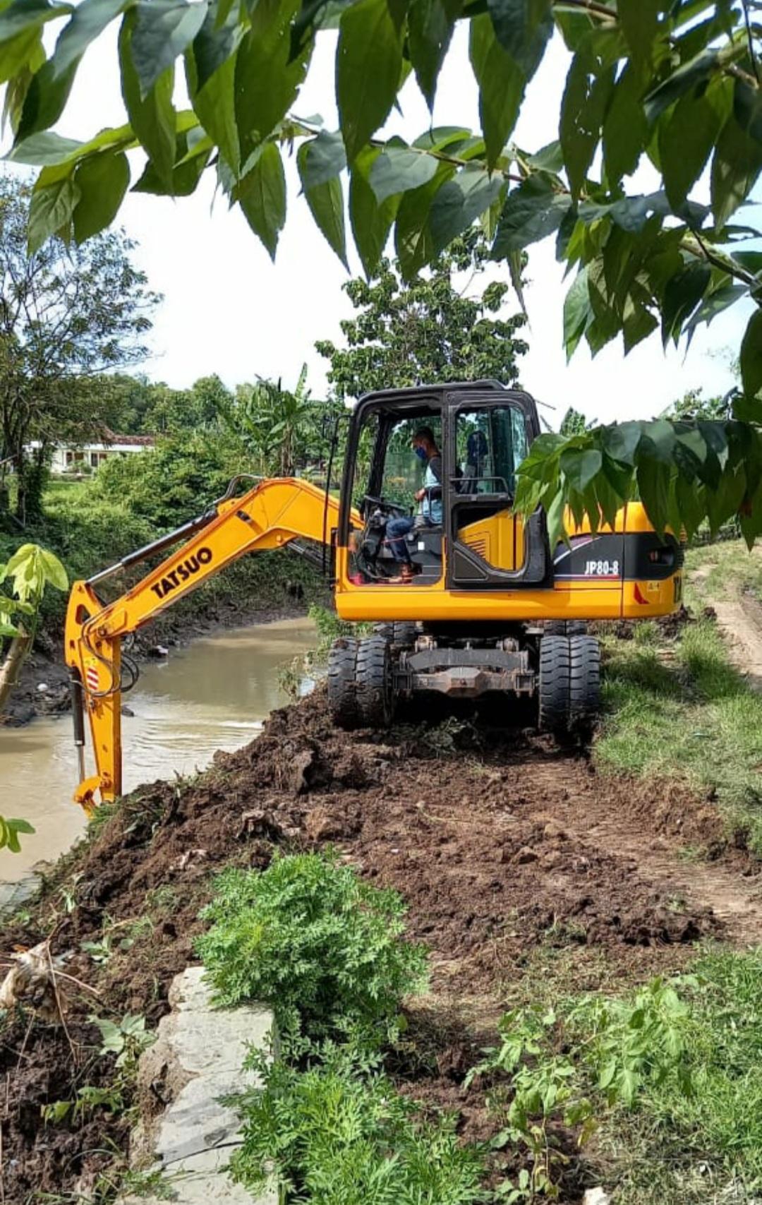 Pengerukan Sungai di Kelurahan Tawangrejo Pasca Banjir